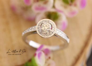 Superbe bague de fiançailles façon solitaire en or blanc et diamants