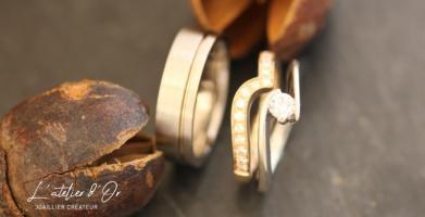 Duo d'alliances en or et bague de fiançailles ajustée