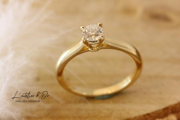 Bague de fiançailles solitaire en or jaune 18 carats